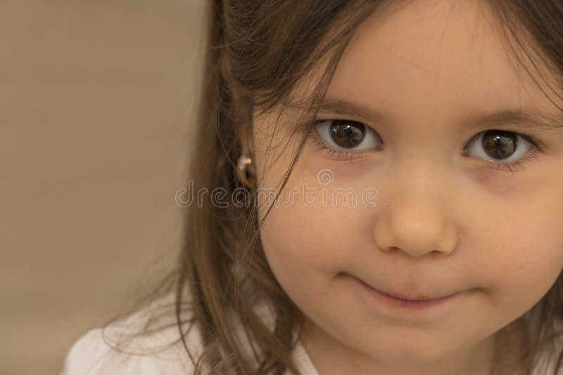 Portret van expressief mooi meisje stock afbeelding