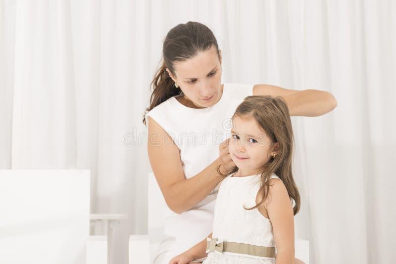 Portret van expressief mooi meisje en haar moeder stock afbeelding