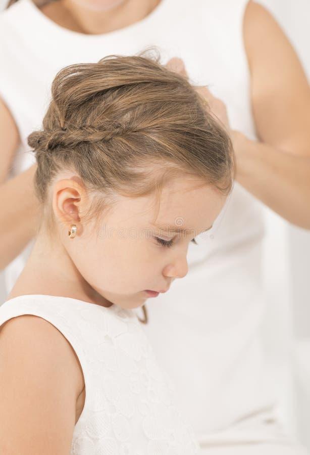 Portret van expressief mooi meisje en haar moeder stock afbeeldingen
