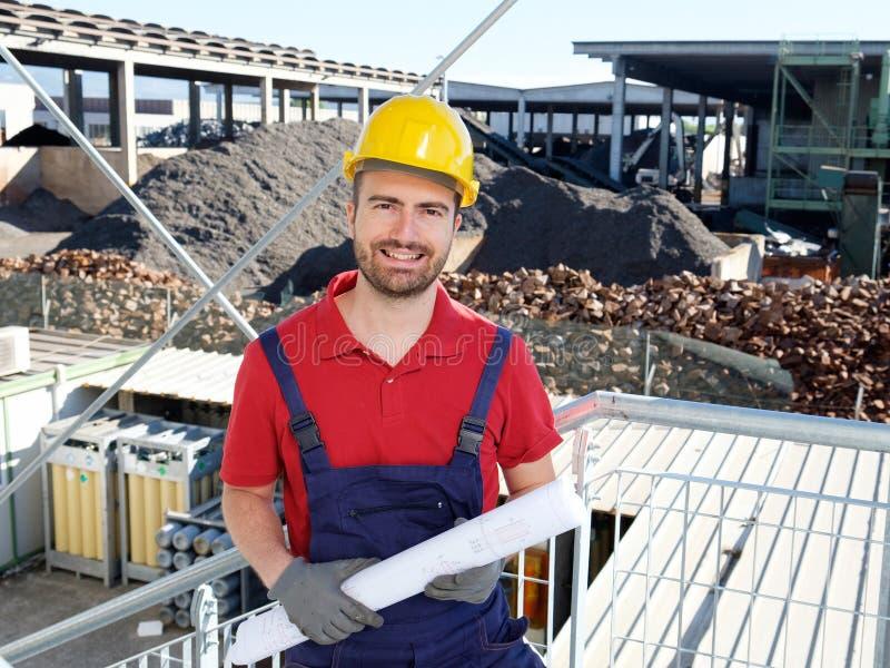 Portret van fabrieksarbeider op bouwterrein stock foto