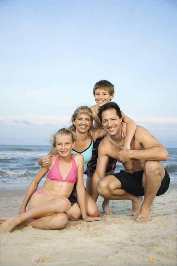 Portret van familie bij strand. stock afbeelding
