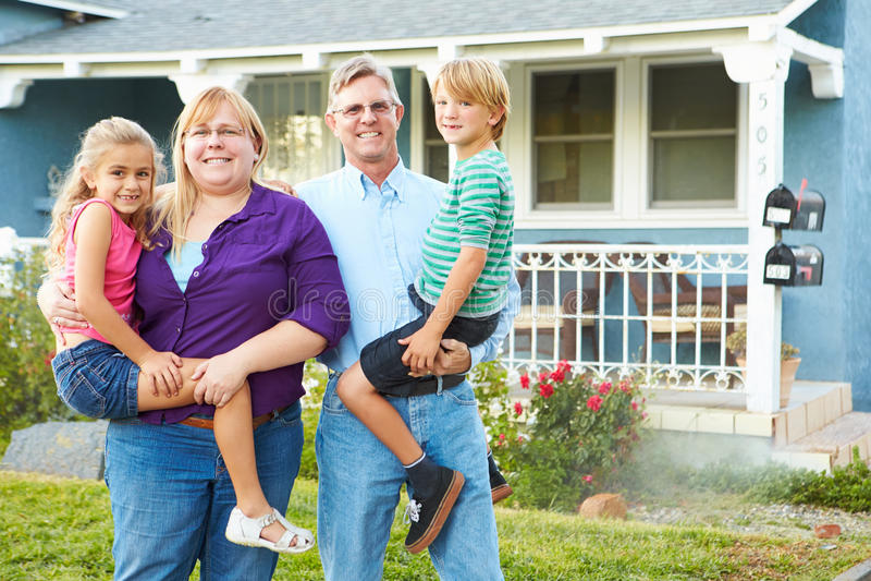 Portret van Familie buiten Huis In de voorsteden stock foto's