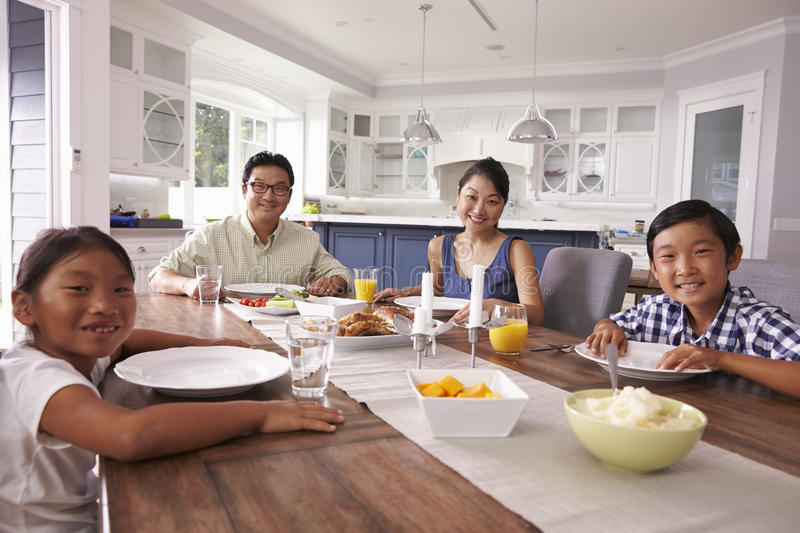 Portret van Familie die Maaltijd thuis samen eten stock afbeeldingen