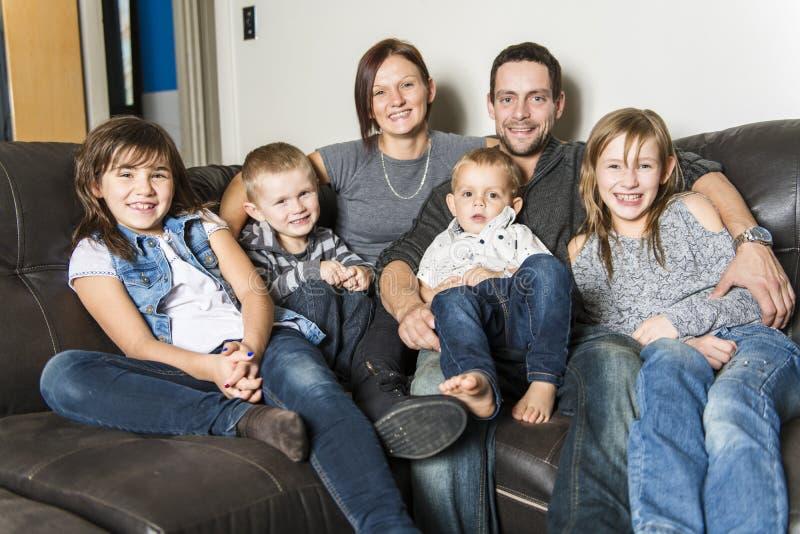 Portret van familie die pret in de woonkamer hebben Gelukkige familie het besteden tijd thuis samen royalty-vrije stock foto