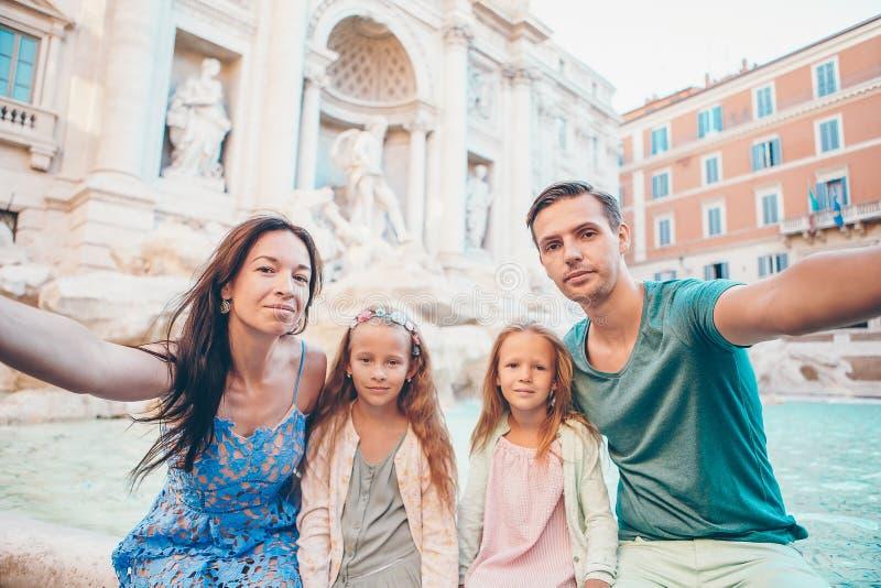 Portret van familie in Fontana Di Trevi, Rome, Itali? royalty-vrije stock afbeeldingen