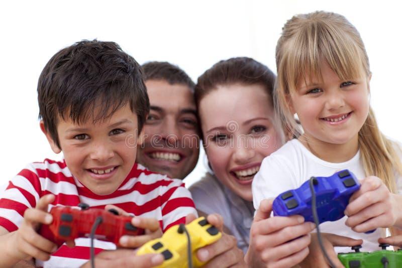Portret van familie het spelen videospelletjes thuis stock afbeelding