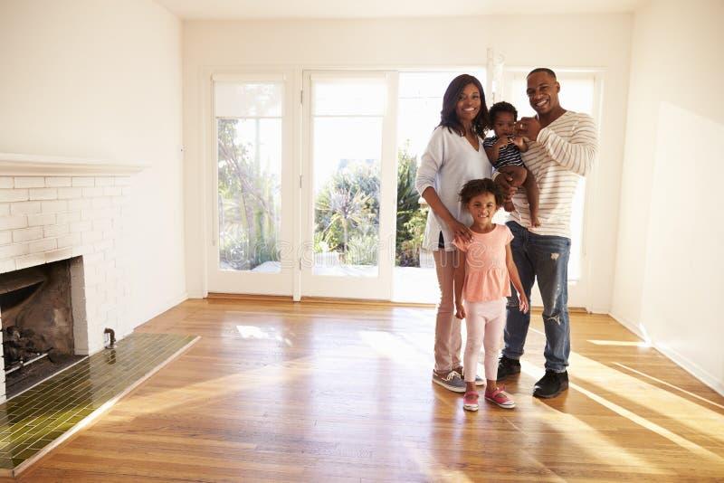 Portret van Familie in Nieuw Huis bij het Bewegen van Dag royalty-vrije stock afbeelding