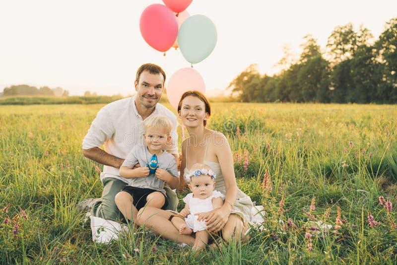 Portret van familie in openlucht op aard stock foto