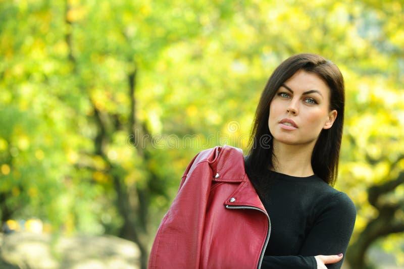 Portret van fashionably geklede vrouw in de herfstpark royalty-vrije stock foto