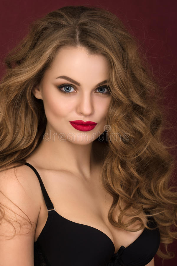 Portret van flirt jonge krullende vrouw met rode lippen stock afbeelding