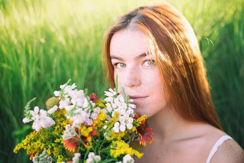 Portret van freckled vrouw royalty-vrije stock afbeeldingen