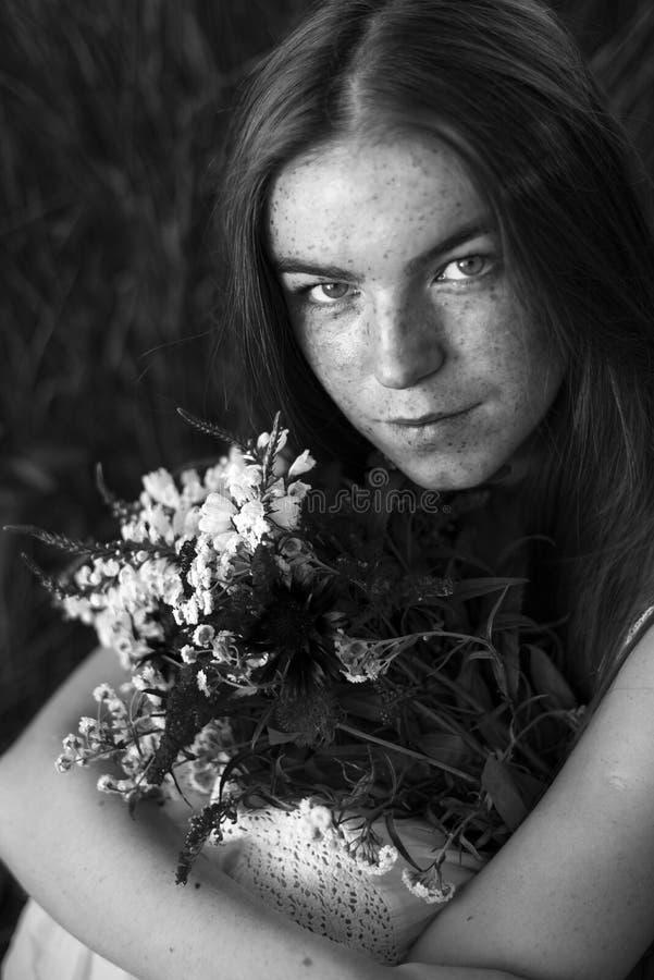 Portret van freckled vrouw stock afbeelding