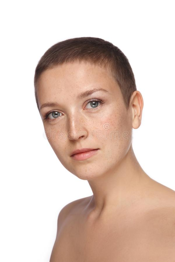 Portret van freckled vrouw met extra kort kapsel stock fotografie
