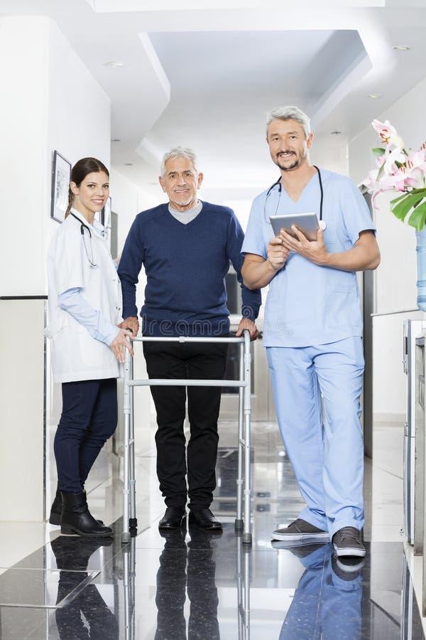 Portret van Fysiotherapeuten en Hogere Patiënt in Rehab-Centrum stock fotografie