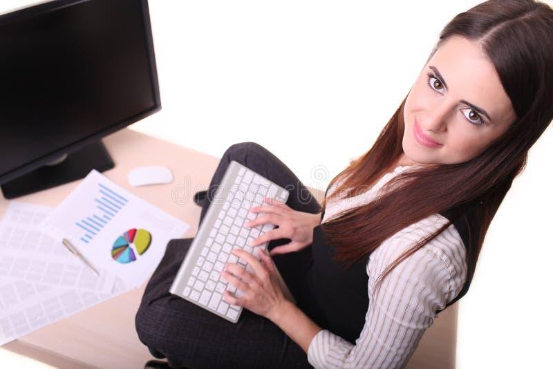 Portret van geïsoleerd zakenmanzitting bij bureau met computer, royalty-vrije stock foto
