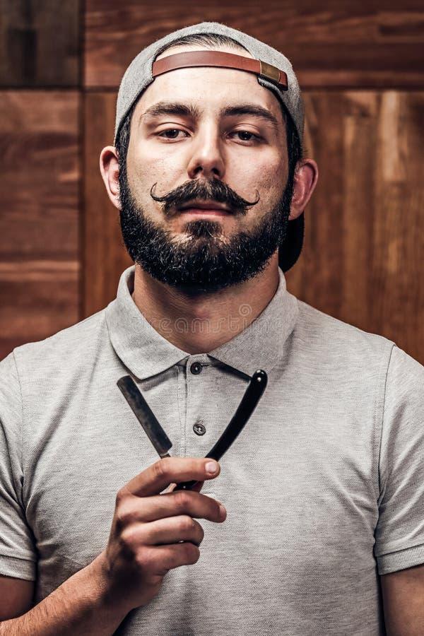 Portret van gebaarde hipster met recht randscheermes royalty-vrije stock foto