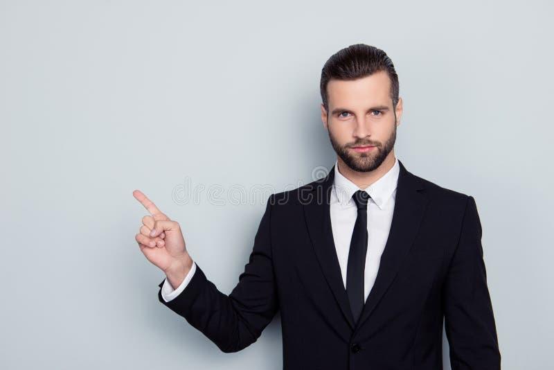 Portret van gebiedende strikte manhaftige bazige ernstige boze conf stock foto