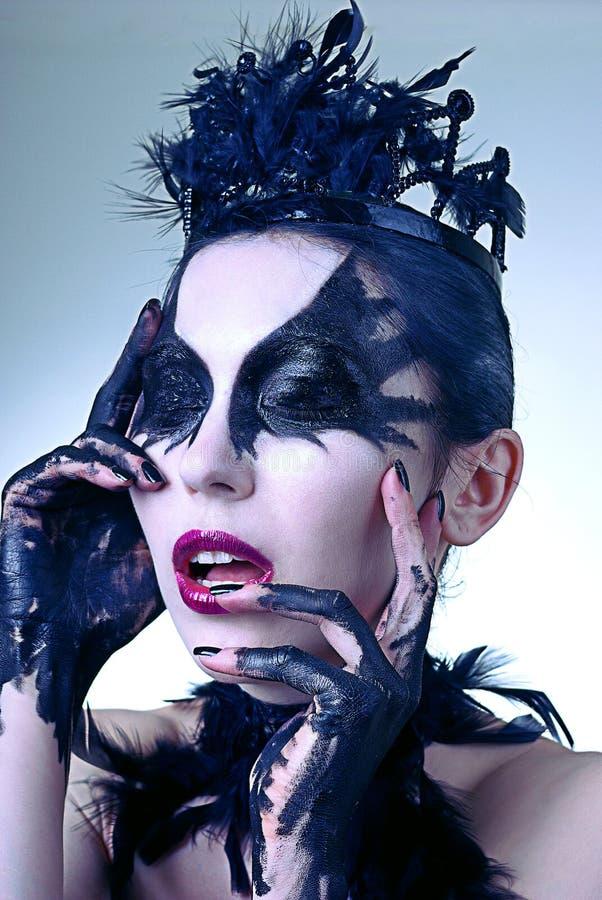 Portret van geheimzinnige jonge vrouw. Zwarte zwaan royalty-vrije stock afbeelding