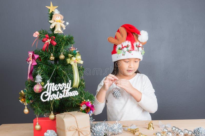Portret van gelukkig Aziatisch meisje die weinig Kerstboom verfraaien royalty-vrije stock fotografie
