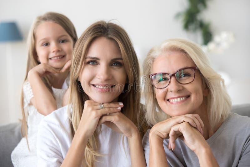 Portret van gelukkig de omamamma en kind van de drie vrouwengeneratie royalty-vrije stock fotografie