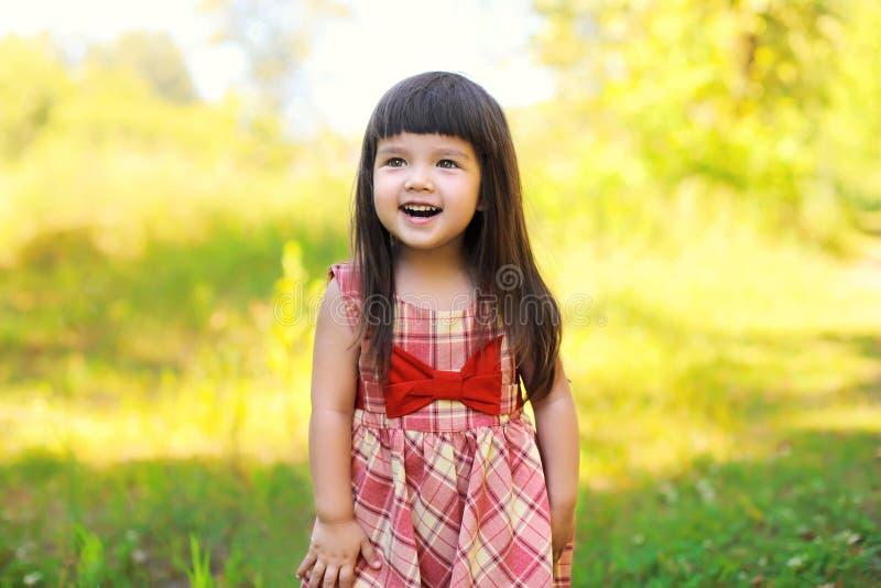 Portret van gelukkig glimlachend leuk meisjekind in openlucht stock afbeeldingen