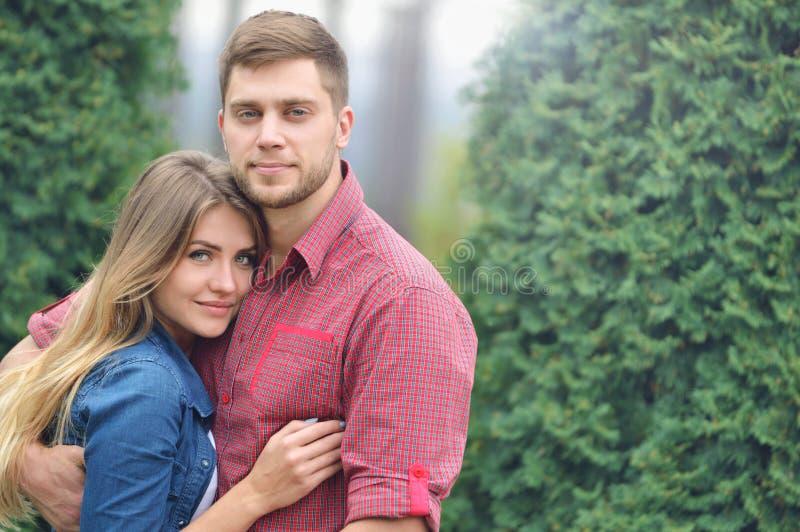Portret van gelukkig het omhelzen paar in park royalty-vrije stock foto