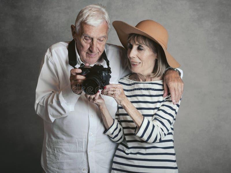Portret van gelukkig hoger paar met digitale camera royalty-vrije stock afbeeldingen