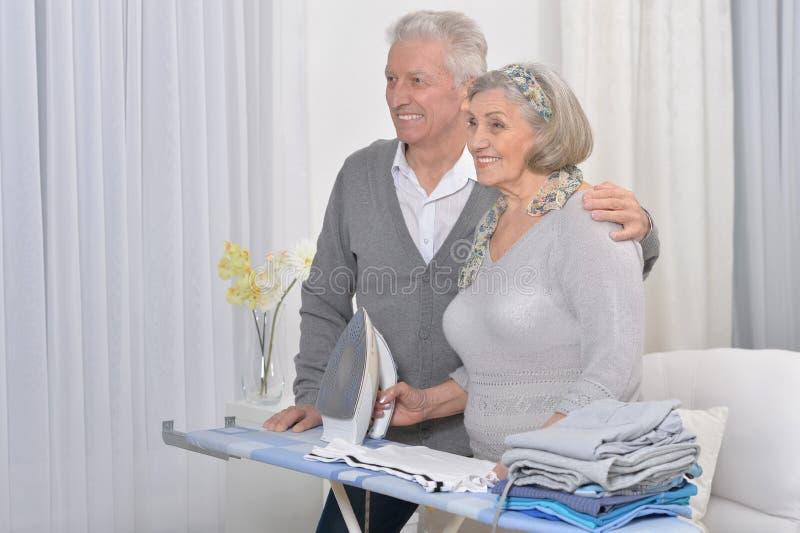 Portret van gelukkig hoger paar tijdens het strijken royalty-vrije stock afbeelding