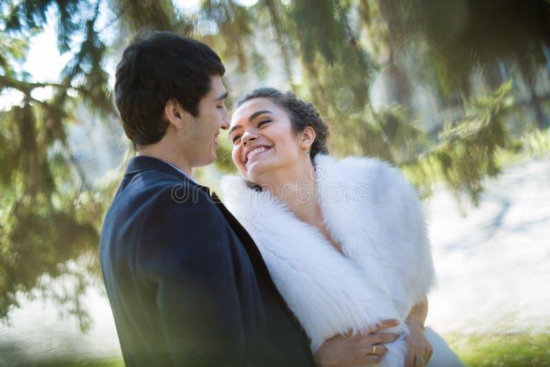 Portret van gelukkig huwelijkspaar in openlucht stock afbeeldingen