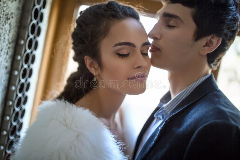 Portret van gelukkig huwelijkspaar in schrijver uit de klassieke oudheid stock afbeeldingen