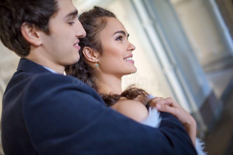 Portret van gelukkig huwelijkspaar in schrijver uit de klassieke oudheid stock foto's