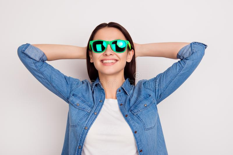 Portret van gelukkig jong meisje in heldere zonnebril met handen beh royalty-vrije stock foto's