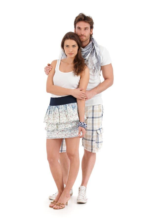 Portret van gelukkig jong paar in de zomeruitrusting stock fotografie