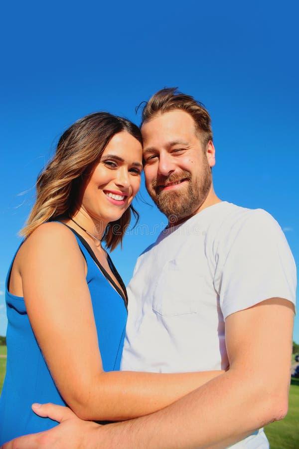 Portret van gelukkig jong paar die zich verenigen stock foto's
