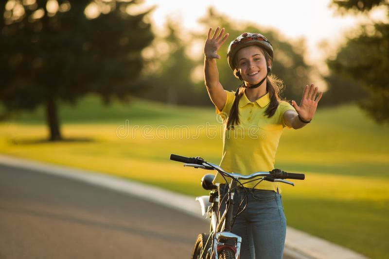 Portret van gelukkig Kaukasisch meisje met fiets in openlucht stock afbeeldingen