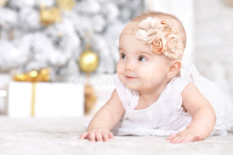 Portret van gelukkig leuk babymeisje op Kerstmisachtergrond royalty-vrije stock afbeelding