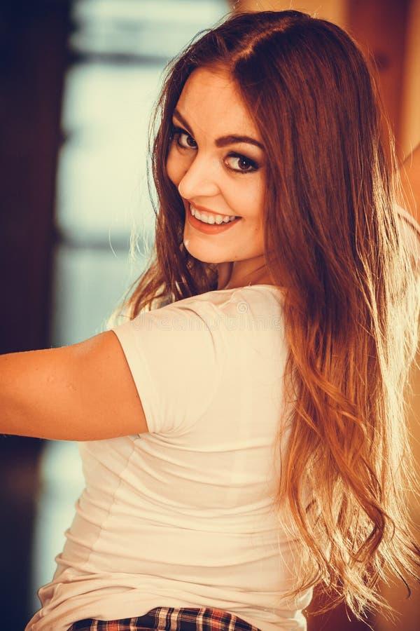 Portret van gelukkig leuk vrij jong vrouwenmeisje stock afbeelding