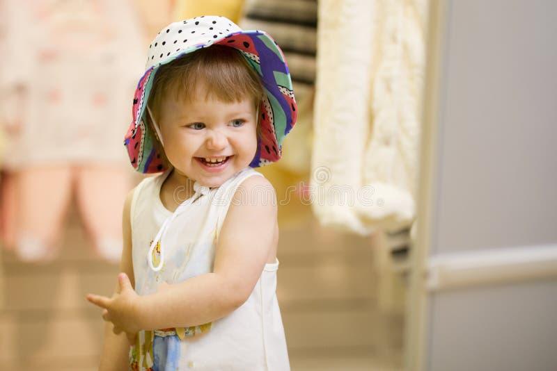 Download Portret Van Gelukkig Meisje In De Hoed Bij De Kinderen` S Opslag Stock Foto - Afbeelding bestaande uit ouder, wandelgalerij: 114226148