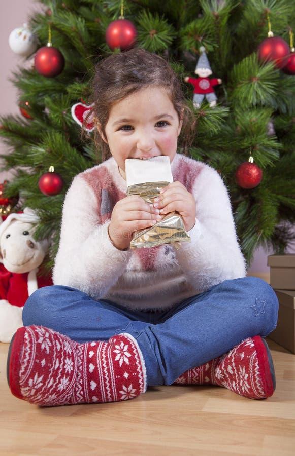 Portret van gelukkig meisje die chocolade eten stock foto's