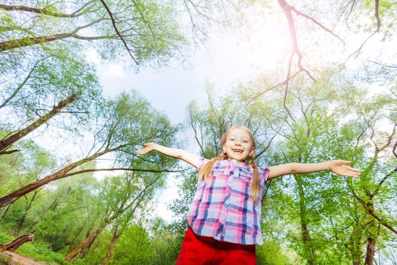 Portret van gelukkig meisje die pret in het bos hebben royalty-vrije stock fotografie
