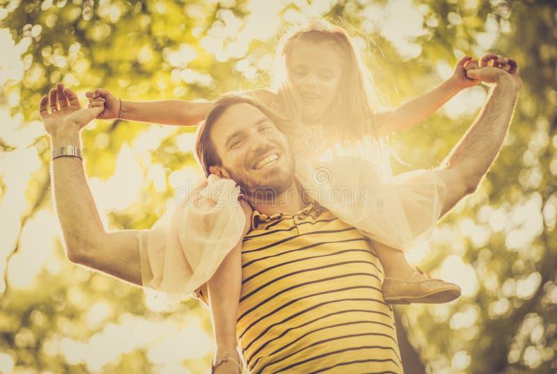 Portret van gelukkig meisje en haar vader het lopen trognatu stock afbeelding