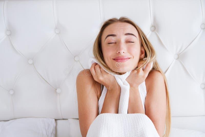 Portret van gelukkig meisje, vrouw het ontspannen in slaapkamer na slaap thuis in de woonkamer bij comfortabel huis royalty-vrije stock foto