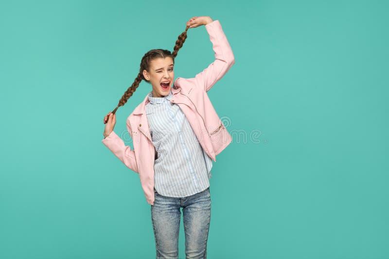 Portret van gelukkig mooi grappig meisje met blauwe gestreepte t-shirt stock afbeeldingen