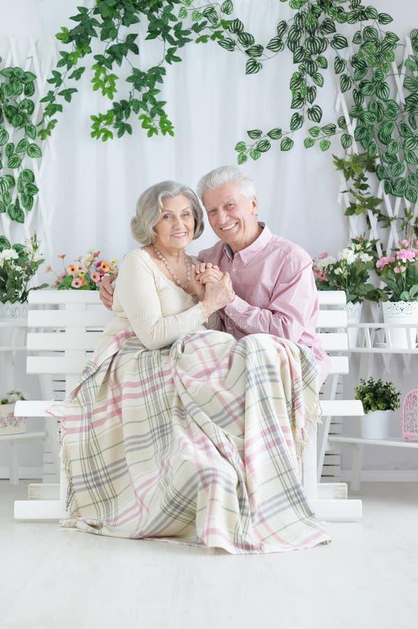Portret van gelukkig mooi hoger en paar die thuis stellen rusten royalty-vrije stock fotografie