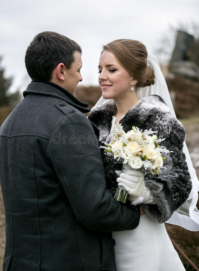 Portret van gelukkig onlangs echtpaar die elkaar bekijken bij stock foto