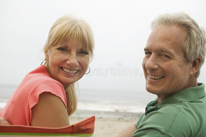 Portret van Gelukkig Paar bij Strand royalty-vrije stock fotografie