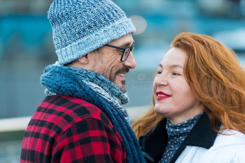Portret van gelukkig paar dat aan elkaar op straat wordt gesproken De man in glazen spreekt aan vrouw royalty-vrije stock fotografie