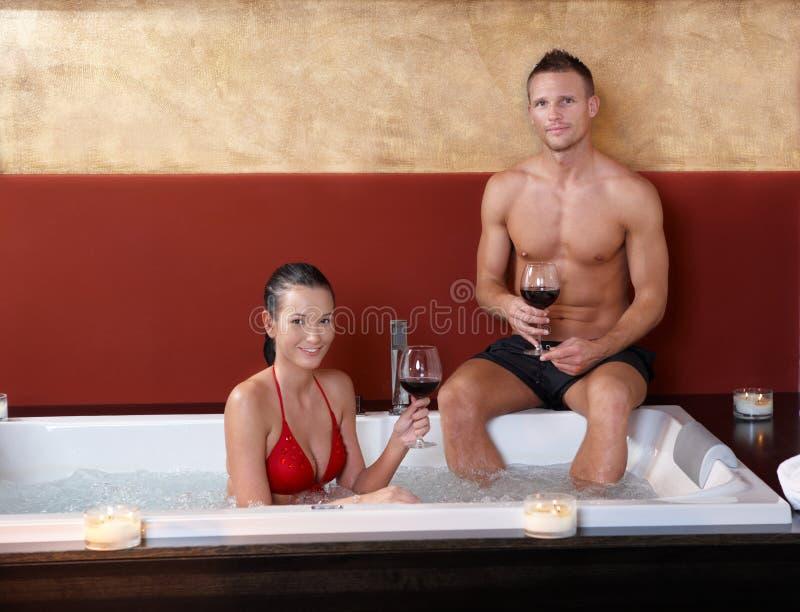 Portret van gelukkig paar in Jacuzzi stock afbeeldingen
