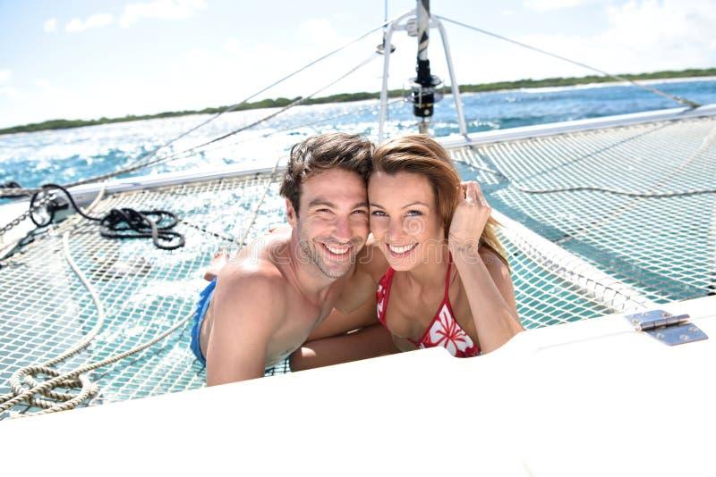 Portret van gelukkig paar op een varende boot royalty-vrije stock afbeelding