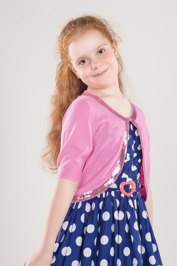 Portret van Gelukkig Redhaired Kaukasisch Meisje die gestippelde Polka dragen royalty-vrije stock afbeeldingen